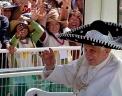 Папа Римский Бенедикт XVI во время пребывания в Мексике получил в подарок традиционный головной убор - сомбреро. Фото: AP