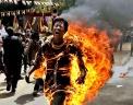 Тибетский активист поджег себя в Нью-Дели в преддверии визита в страну китайского президента Ху Цзиньтао. За последние несколько месяцев более 25 тибетцев предпринимали попытки самосожжения в знак протеста против политики китайских властей в регионе, который административно входит в провинцию Сычуань. Фото: AP