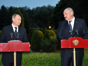 Владимир Путин и Александр Лукашенко перед резиденцией президента Республики Белоруссия «Заславль». Фото: РИА Новости