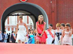 Выпускники школ перед началом выпускного бала в Государственном Кремлевском Дворце. Фото: РИА Новости