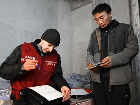 Десять детей забрали у нелегальных мигрантов в Новосибирске.