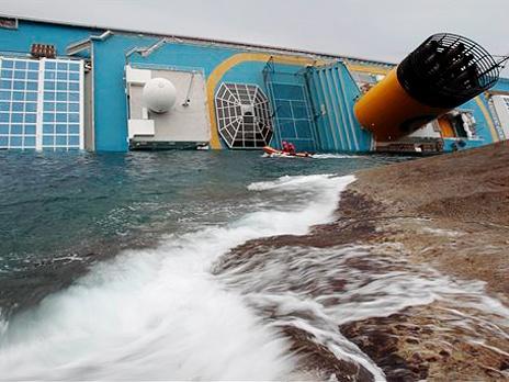 Севший на мель гигантский лайнер сместился на несколько сантиметров и возникла угроза его разлома. Фото: AP